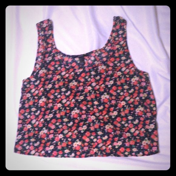 Xs floral crop top This flowy top crop top is cool and comfy! Cute paired with jean shorts or white jeans! Navy blue background with coral flowers Forever 21 Tops Crop Tops