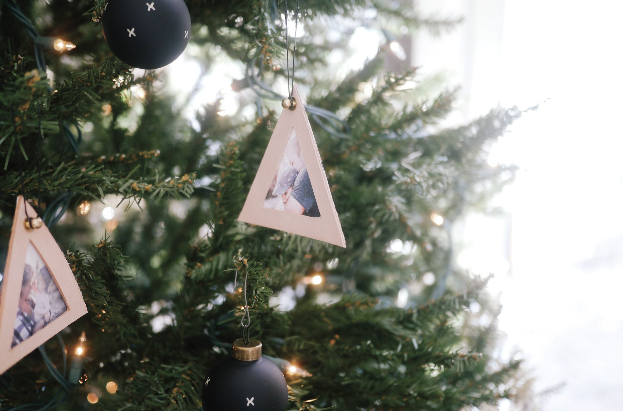 This DIY Photo Frame Ornament is Perfect for Baby's First