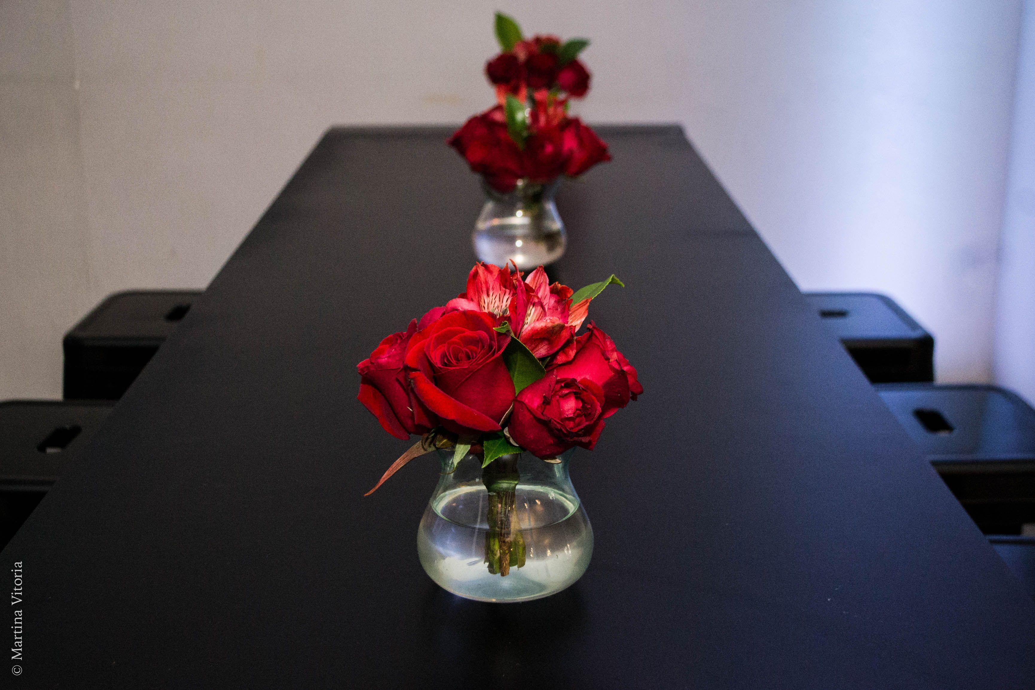 Mesa Bistro Com Arranjos Florais De Rosas Vermelhas Para Decoracao