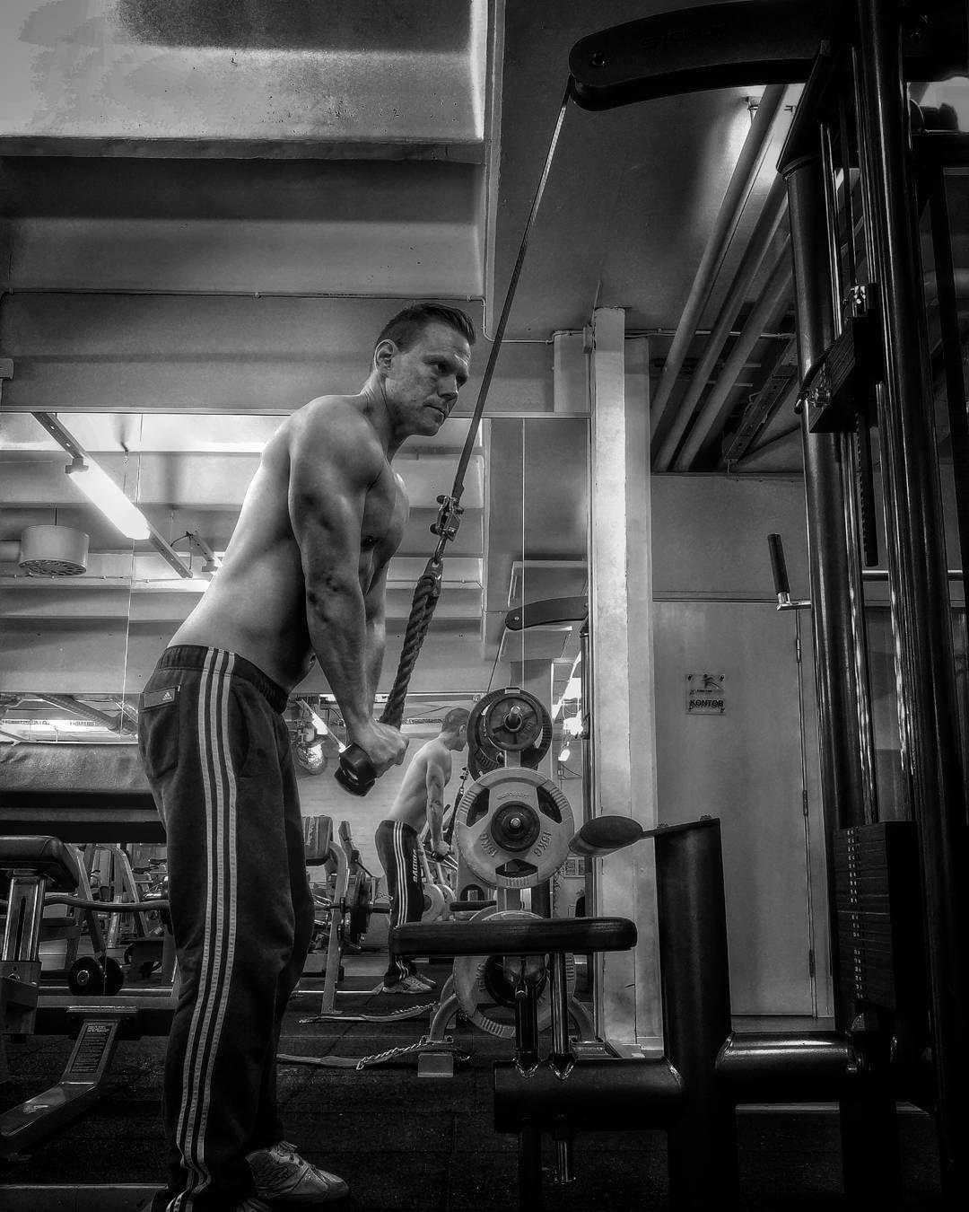 Standing highrep tricepspushdowns #morgonen #morning #training #träning #weightlifting #strenghttraining #pwo #selfiemood #gym #gymselfie #gymlife #fitnesslife #fitnesslifestyle #fitness #gymlife #styrketräning #styrkelyft #Sweden #sverige #norden #Scandinavia #diet #physique #fatloss #shredding #selfie by john_fblog