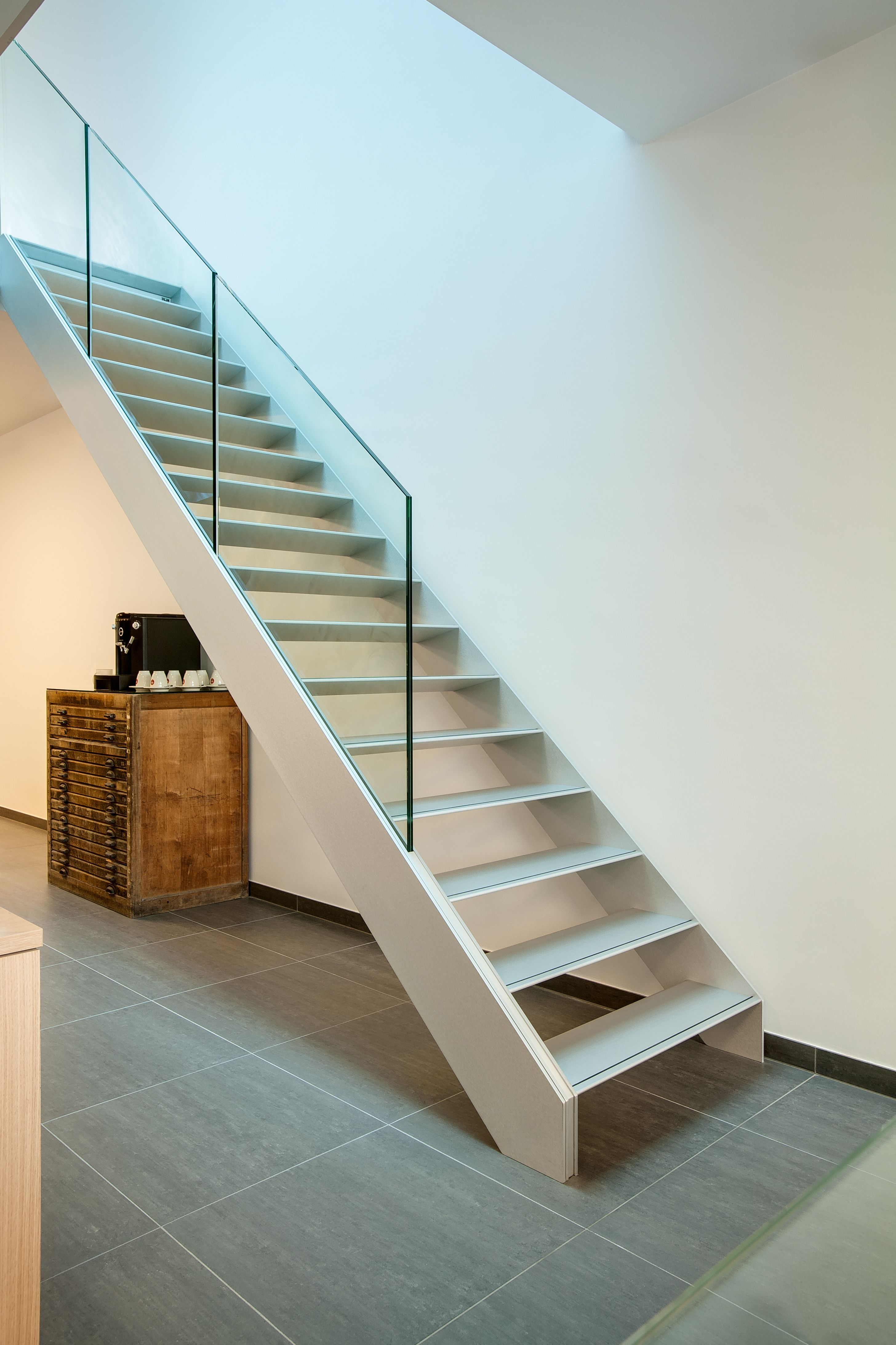 Best Aluminium Stairs With Glass Balustrade On Beam Integrated By Avc Vloeren Trappen Hardware 400 x 300