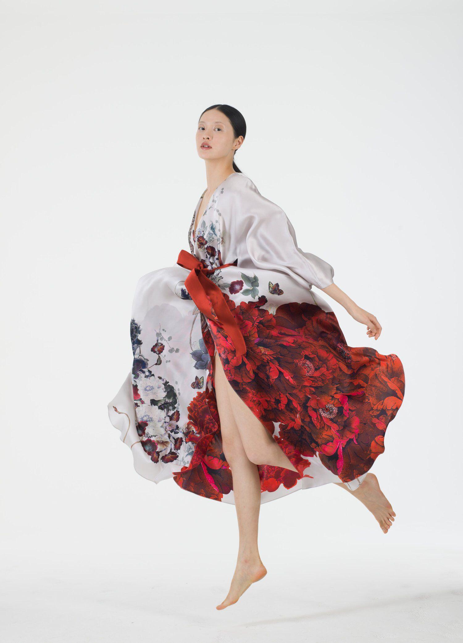 China Women′s Mublerry Silk Pajamas Sleepwear Long and