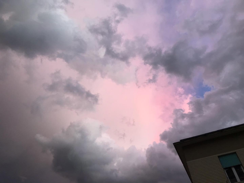 Il cielo sopra Salierno . . . #nofilter #pinksky #pink #cielorosa #rosa #pink #nuvole #clouds #sky #cielo #cloudy #nuvoloso #salerno #salernocity #igerscampania #natura #nature #bellezza #beauty