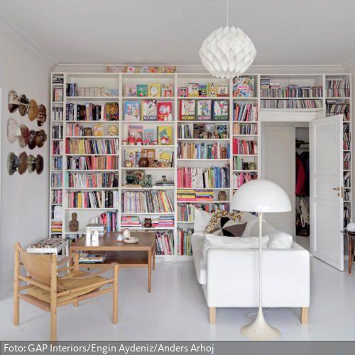 Bücherwand als Wandgestaltung Wohnzimmereinrichtung, Holzmöbel - bilder wohnzimmer einrichtung weis