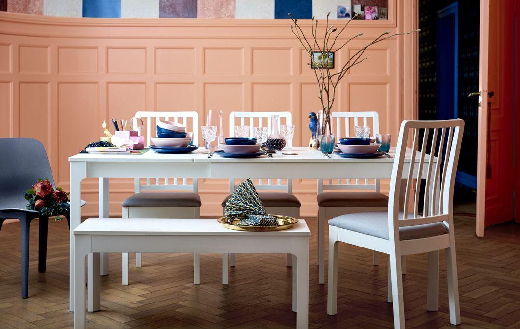 Sedie Bianche Ikea : Un lungo tavolo bianco alcune sedie e una panca con articoli per