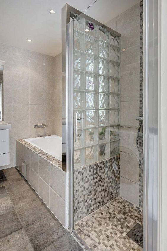 petite salle de bains moderne avec baignoire douche, paroi en verre - Salle De Bain Moderne Grise