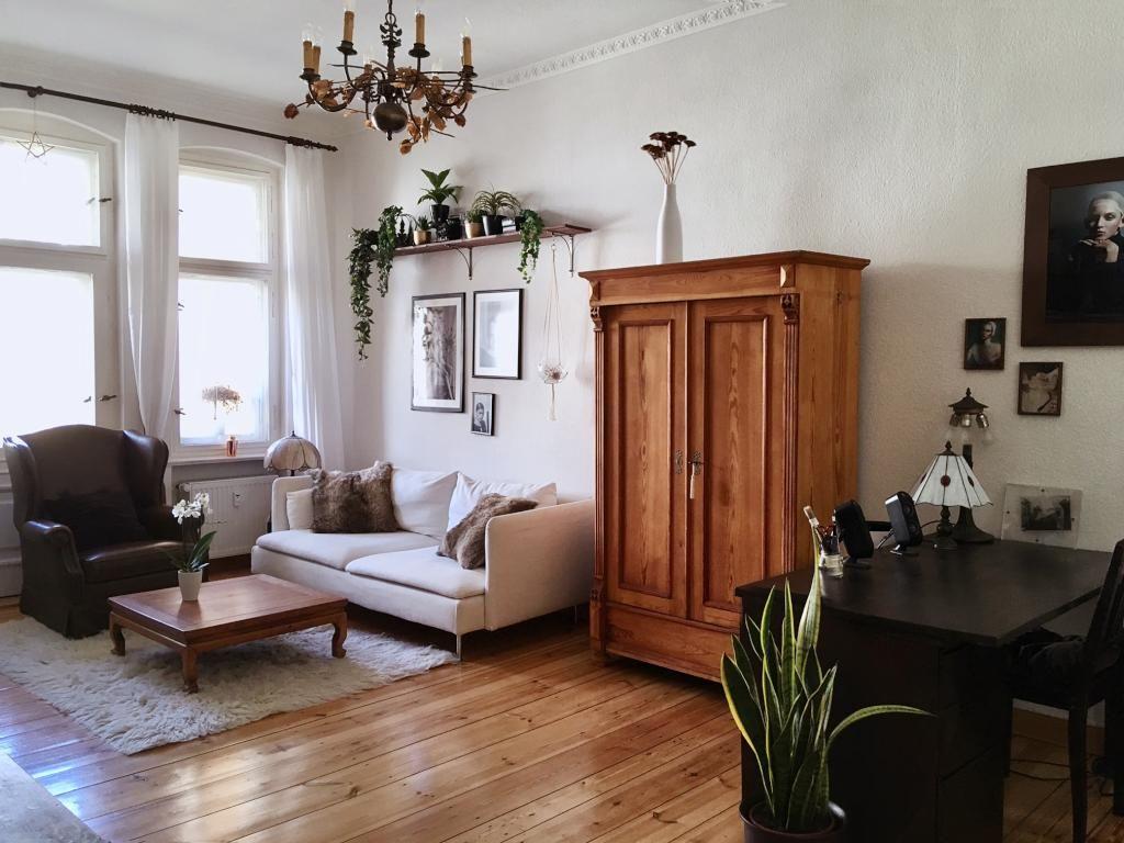 Schönes Wohnzimmer mit 2 alten Doppelfenstern und Doppeltür zum Bal ...