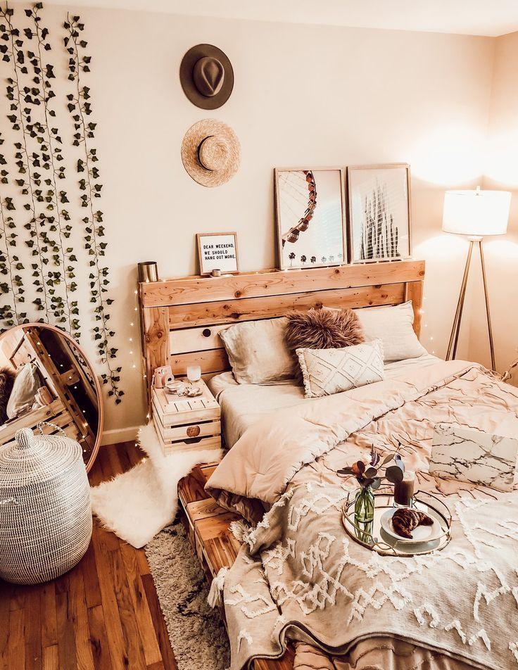 Dieses Queensize-Bett inspiriert Kreative und trägt dazu bei, dass sich das Schlafzimmer besser anfühlt. #palletbedroomfurniture