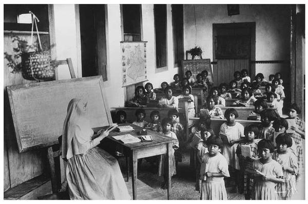 Meninos e meninas já eram separados, pois os religiosos achavam que era promiscuidade sexual deixá-los juntos - 1900.