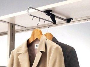 奥行きが60cmに足りない浅いスペースなら、前後にスライドするパイプを使って。手前に引き出せるので奥の服も簡単に取り出せる。