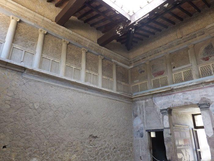 Datant de la période pré-romaine, la Maison Samnite d'Herculanum possédait un atrium surplombé au premier étage par une galerie aux colonnes ioniques reliées par des balustrades en croisillon. Cette riche villa fut transformée par la suite afin d'y aménager plusieurs logements. La galerie fut murée et le jardin rattaché à la maison voisine. http://bit.ly/2bLyL6k