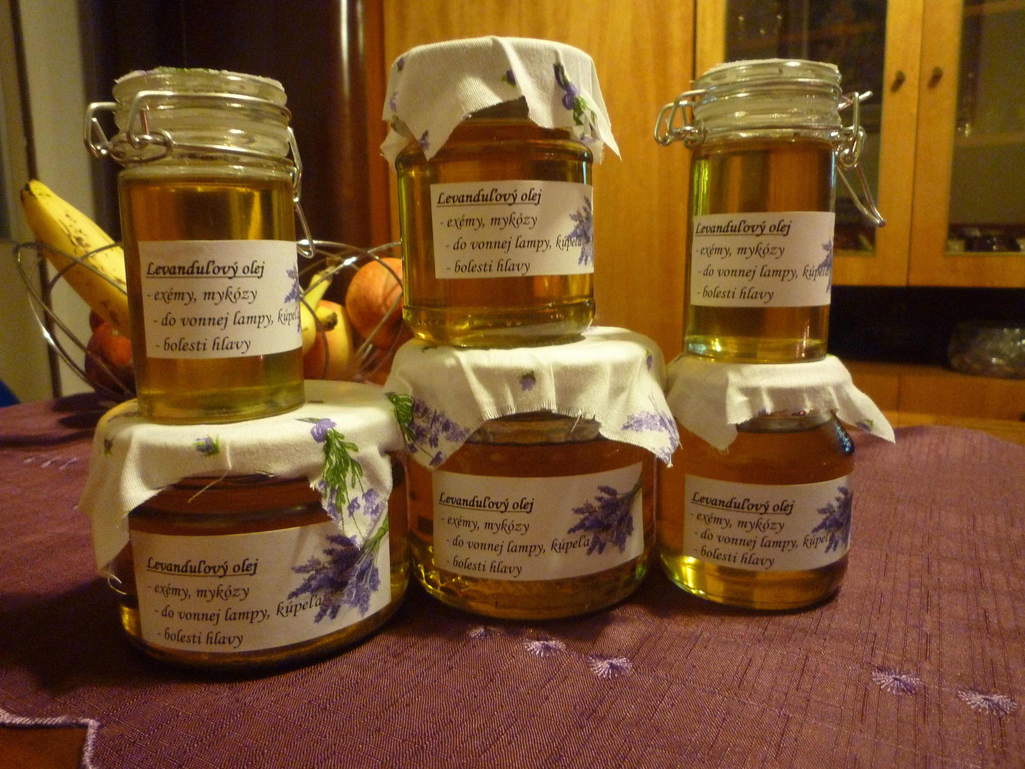 Do malého zaváraninového pohárika dáme čo najviac čerstvých kvetov levandule v plnom kvete, zalejeme kvalitným olejom. Ja dávam olivový, ktorý sa potom skvele rozotiera a zároveň dobre vstrebe. Ak nechcete, aby Vám vôňa olivového oleja prerážala vôňu levandule, tak použite kuchynský slnečnicový olej. Dobre umačkajte, uzavrite a nechajte na slnečnom mieste 4 týždne. Potom preceďte. Nemusíte uchovávať  v chlade, nepokazí sa.