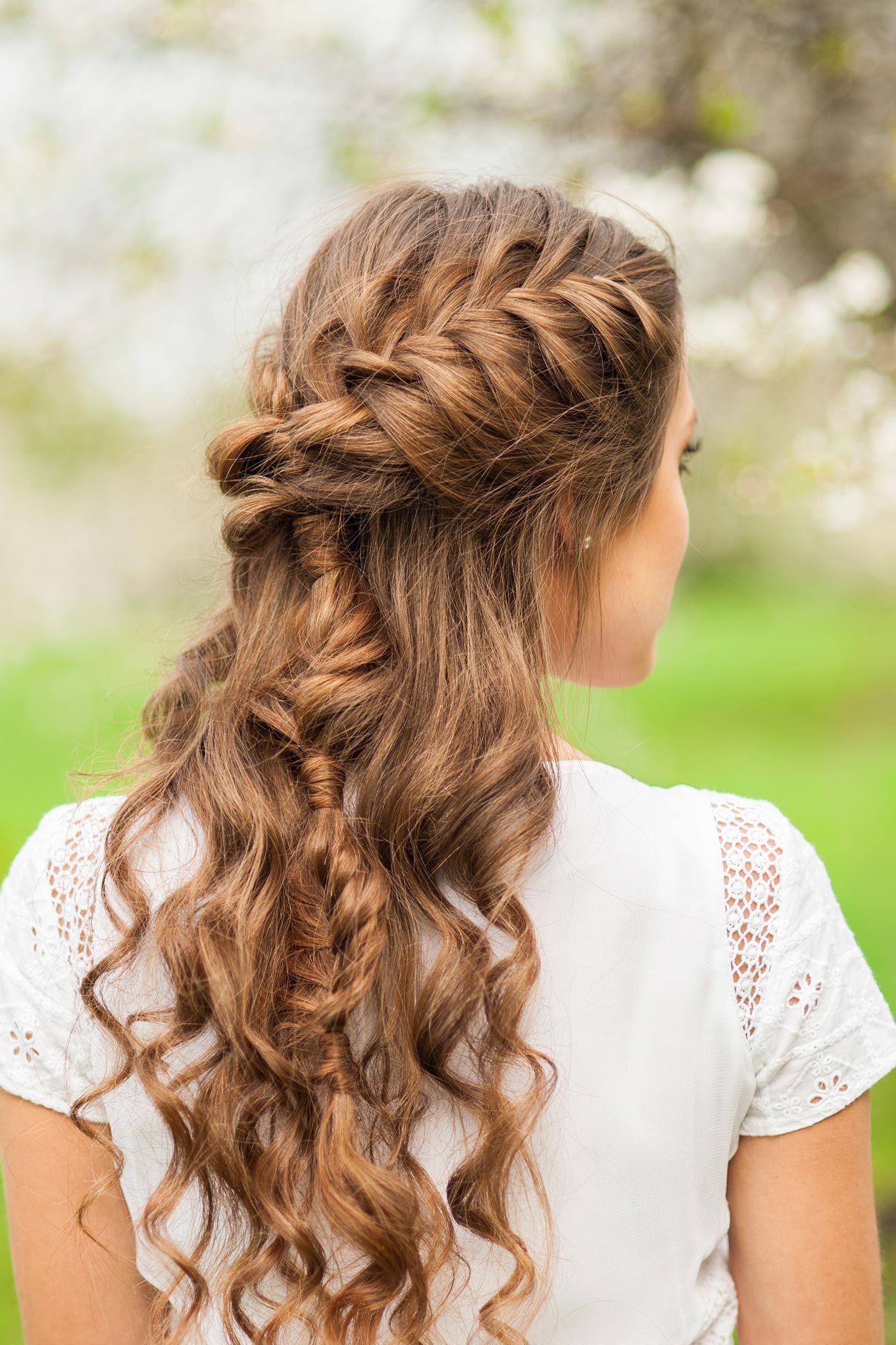 Geflochtene Hochzeitsfrisuren sind ideal für längere Haare. Entdeckt tolle Beispiele bei hochzeitsportal24.de!