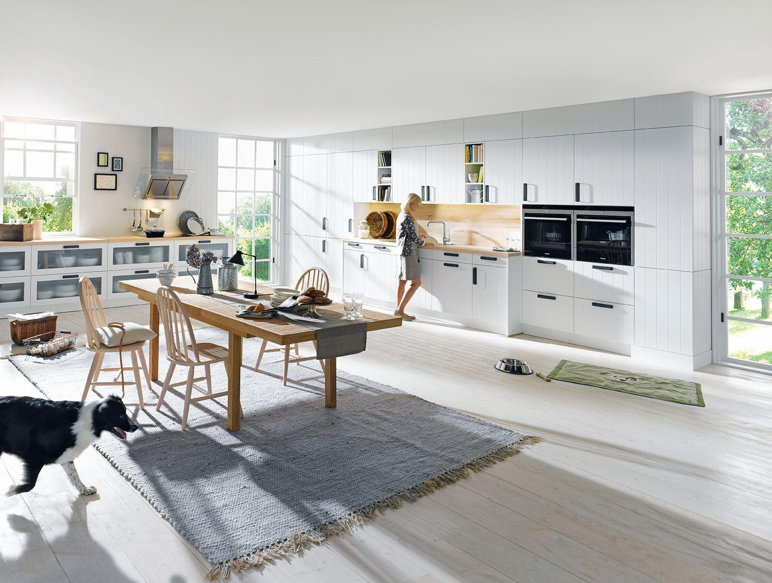 Große, helle Holzküche Komfort und Design für die ganze