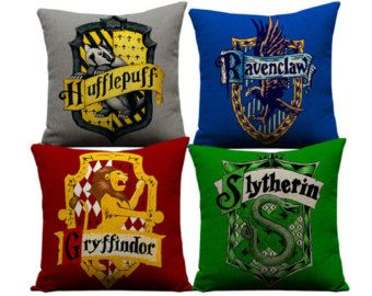 harry potter kissen slytherin ravenclaw hufflepuff harry potter hogwarts potter throw. Black Bedroom Furniture Sets. Home Design Ideas