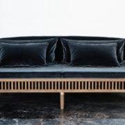 """Pris: kr. 133.000,- (frakt vil tilkomme)    Røkt eik, vakre messing detaljer og en vannavvisende bomullsvelour fra en av verdens beste stoffleverandører """"Dedar"""" utgjør denne nydelige sofaen fra København Møbelsnedkeri."""