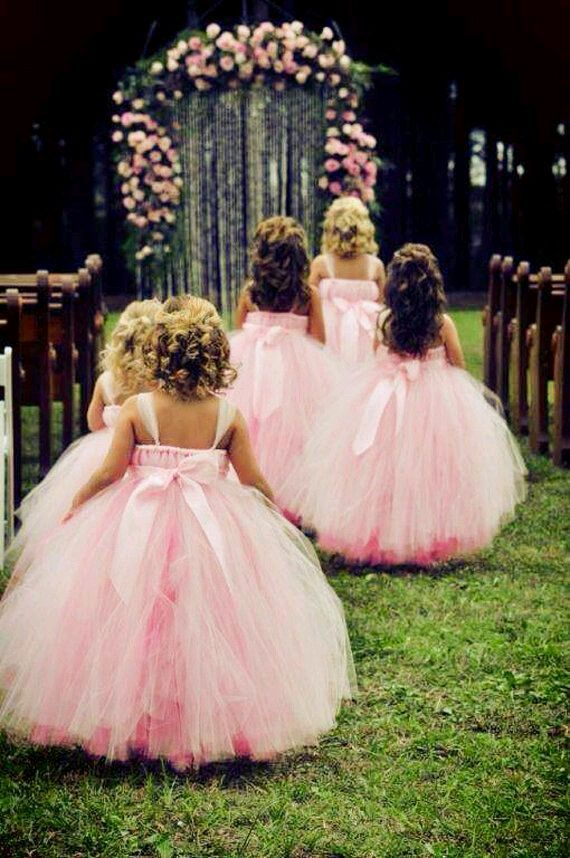 Petite Filles Dhonneur Splendides Avec Leurs Robes De