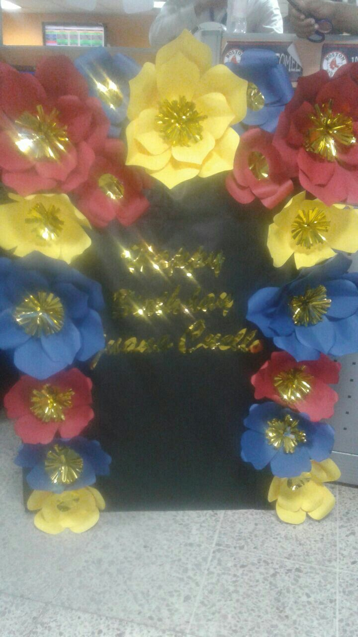 Flores De Papel Para Cumpleaños En Tonos Rojo Azul Y Amarillo How To Make Necklace Jewelry