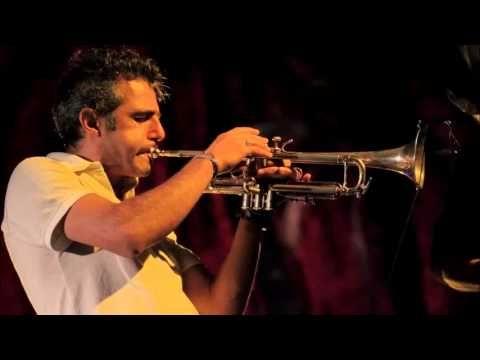 Uno degli esponenti più importanti del panorama musicale sardo che suona la canzone (probabilmente) più famosa e rappresentativa della Sardegna ! Magnifico :D