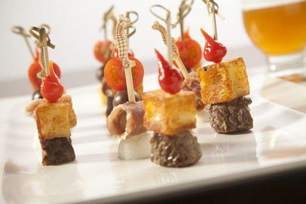 Espetinhos: tomate-cereja com manjericão, provolone e azeitona; carne de sol com queijo coalho e pimenta biquinho; e presunto parma, uva e muçarela de búfala