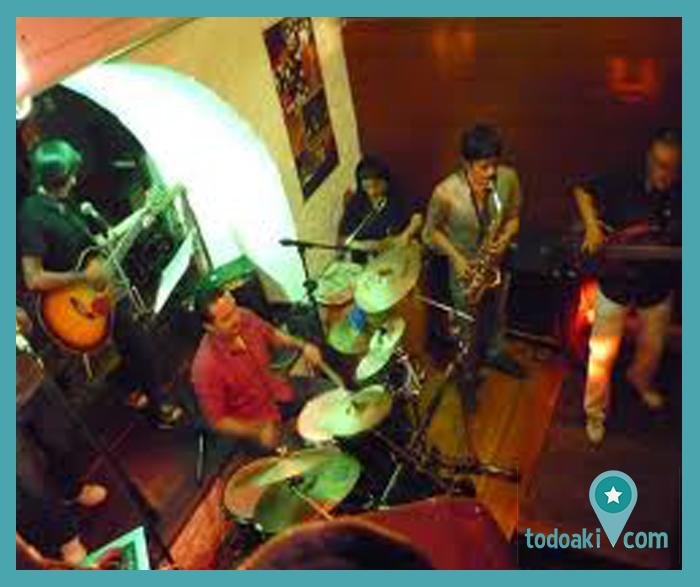El #Cafelibro es uno de los lugares bohemios más míticos de la ciudad de Quito. Con más de 20 años de trayectoria, ha sido cuna de grandes artistas, escritores, músicos y bohemios de la capital. Visítalos y disfruta los días de salsa y de milonga. http://bit.ly/todoakicafelibro