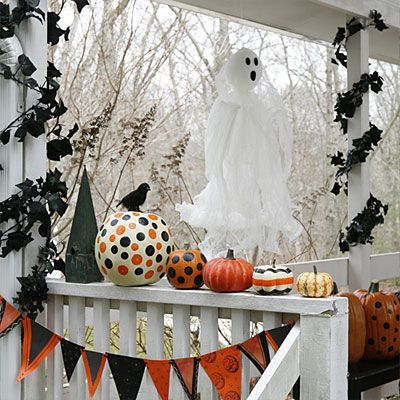 This is spooktacular! My goodness, I love the painted pumpkins. So much easier than carving them!  Halloween Party ideas: Haunted House
