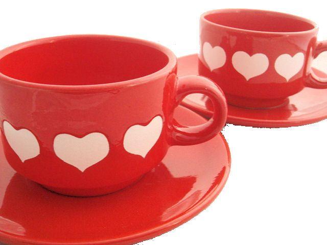 2 große Kaffeetassen von Wächtersbach mit weißen Herzen auf rotem Grund. Inklusive passender Unterteller. Original 70er Jahre!    Guter gebrauchter Zu