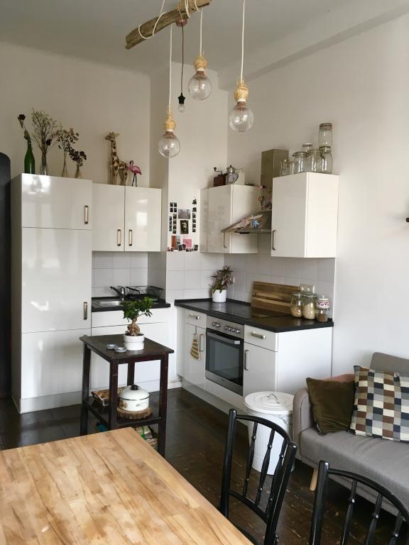 Schön eingerichtete Küchenecke mit Hochglanz-Möbeln in schlichtem