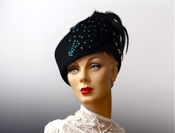 ce55b8a1a06 Vintage Toque Emerald Green Felt Hat Striking Large Feather Plumes and Teal  Beadwork