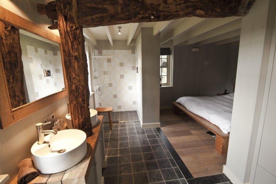 Badkamer Showroom Houten : Badkamer met houten wastafel op donkere tegelvloer donkere vloer