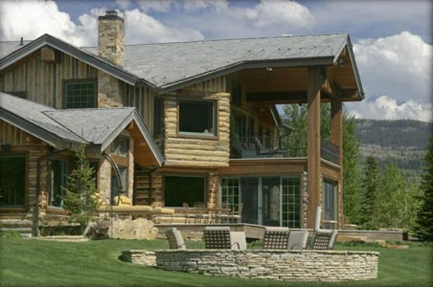 love this log cabin-esque home and backyard patio!