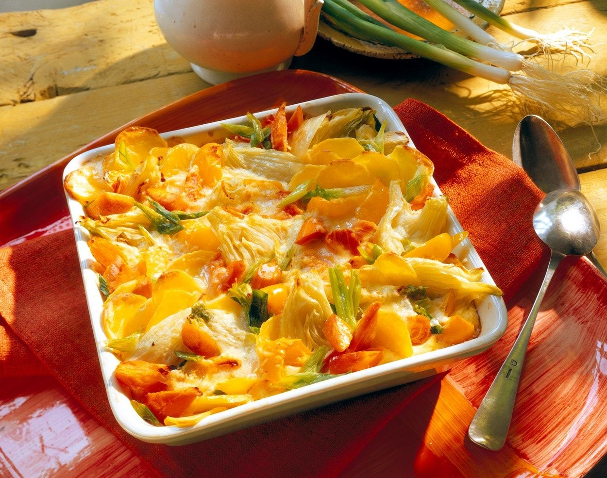 V našich záhradkách sa s feniklom stretávame stále len zriedkavo. Na pultoch predajní sa síce objavuje čoraz častejšie, no konzumenti ho takmer nepoznajú a nevedia ho pripravovať. A pritom zapečený fenikel so zemiakmi je delikatesa.