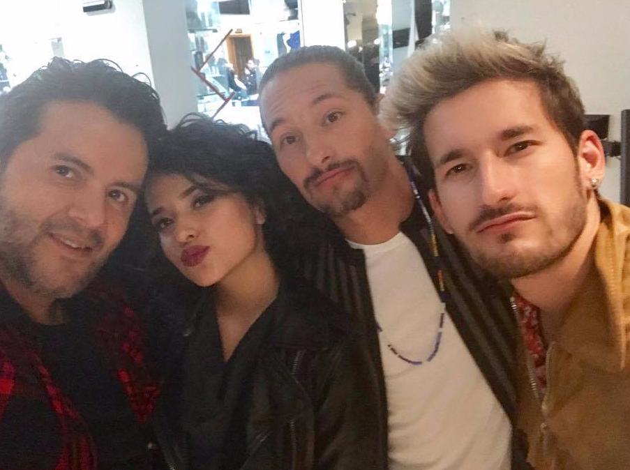 """+ El maquillista Emilio Uribe publica fotos junto con Becky hoy durante la filmación del video """"Mal de la Cabeza""""."""