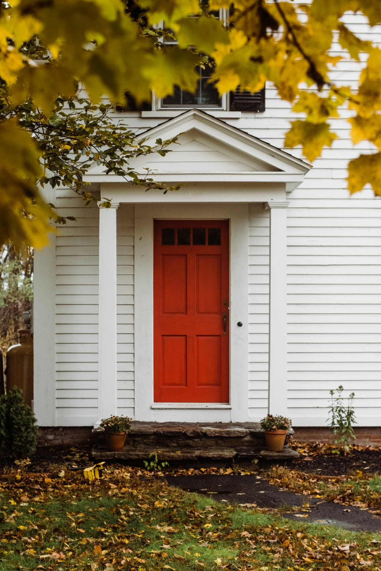 Bet You Don T Know The History And Symbolism Behind Red Front Doors In 2020 Red Door House Red Door New England Homes