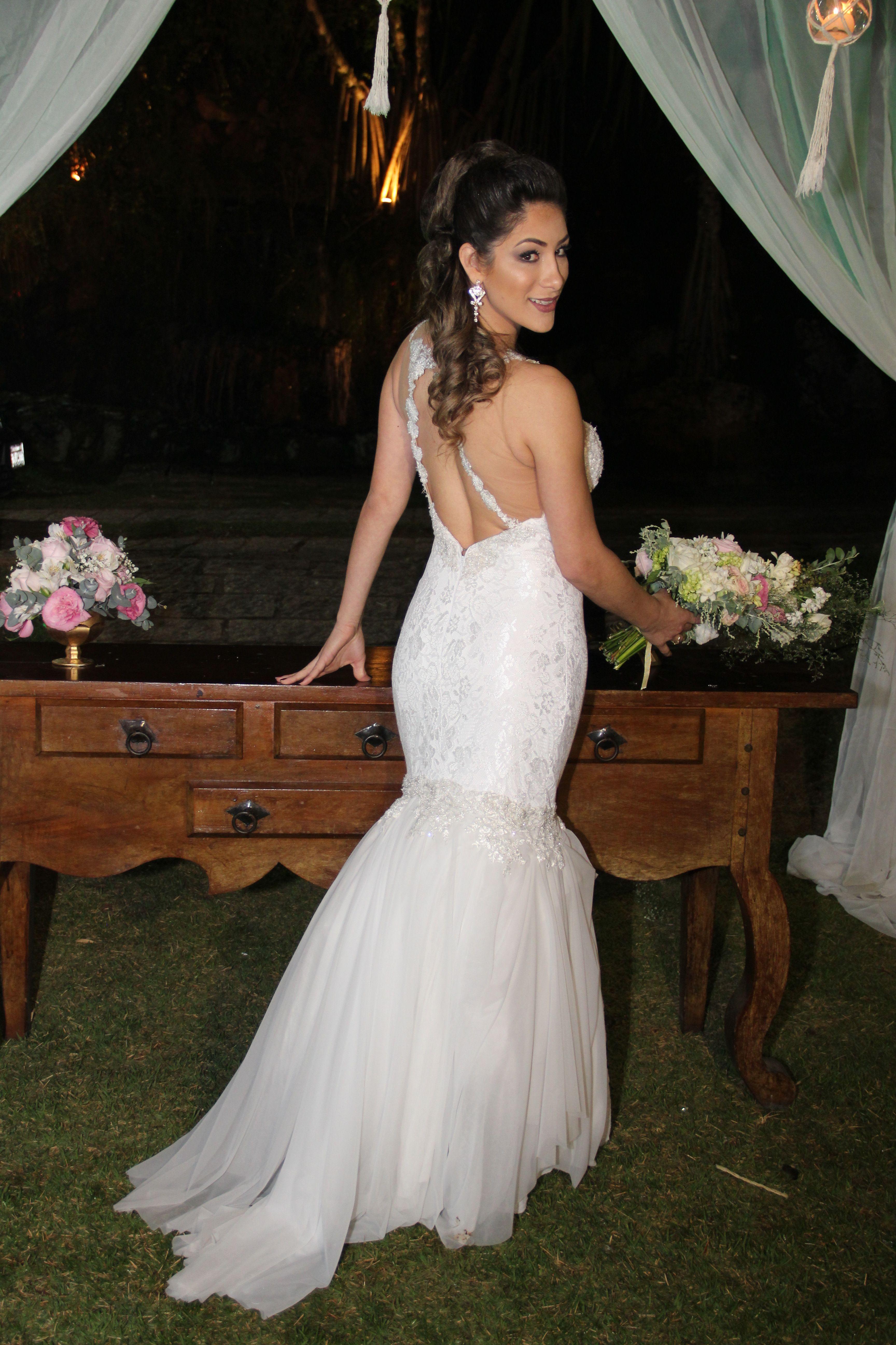 Vestido de Noiva Sereia com a Saia em Camadas e Decote nas Costas.