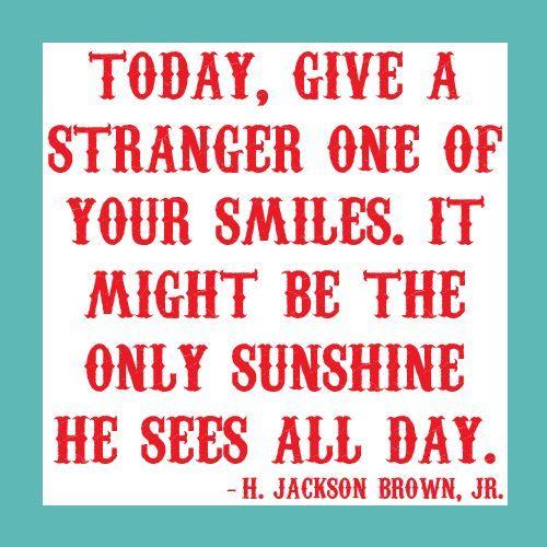 Sonríe a un extraño.