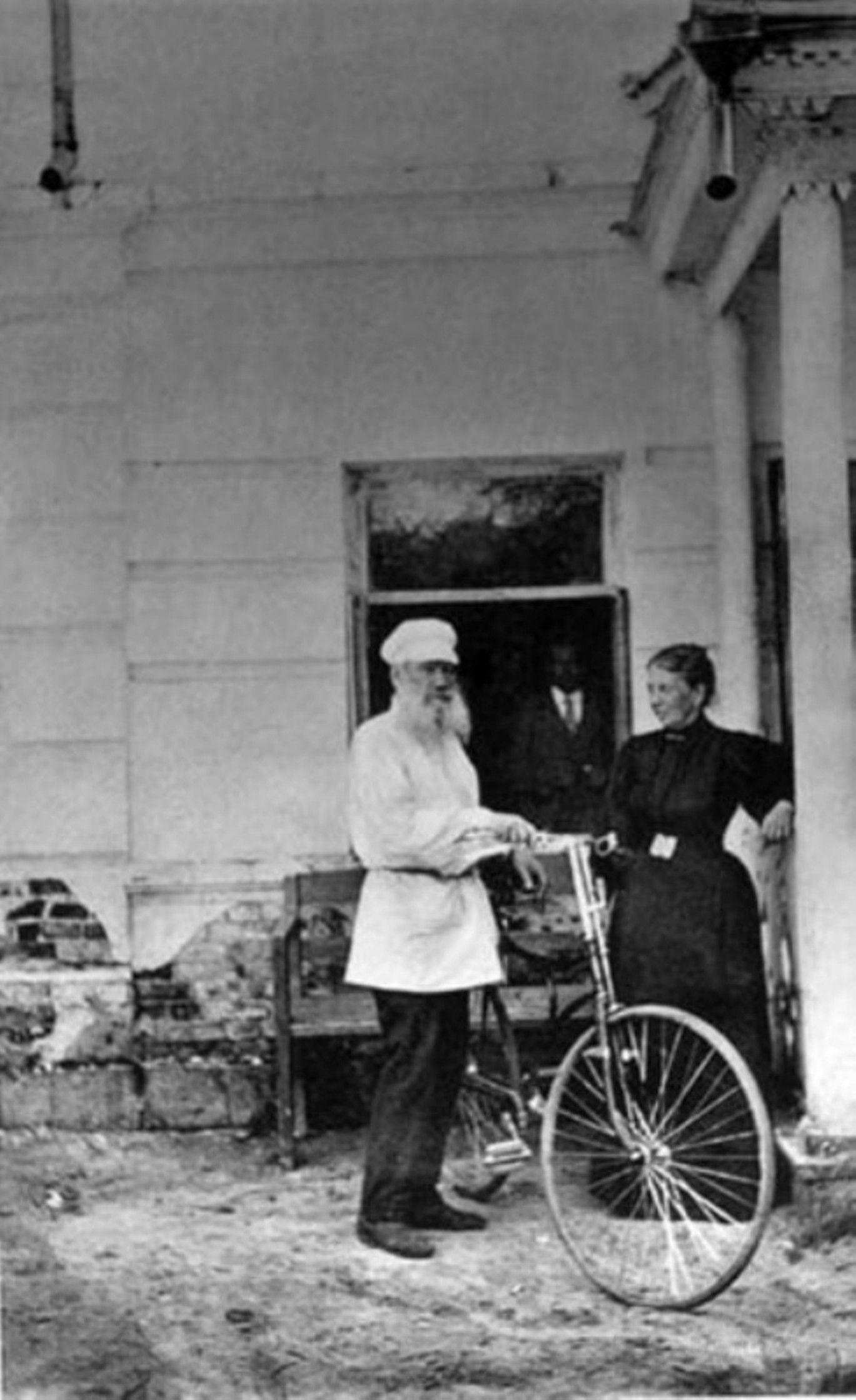 Лев Толстой со своим велосипедом