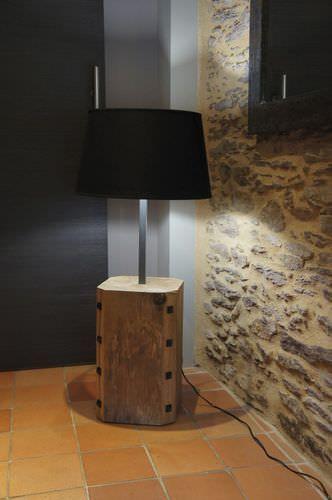 Lampe sur pied contemporaine en bois kronos kub for Lampe sur pied en bois