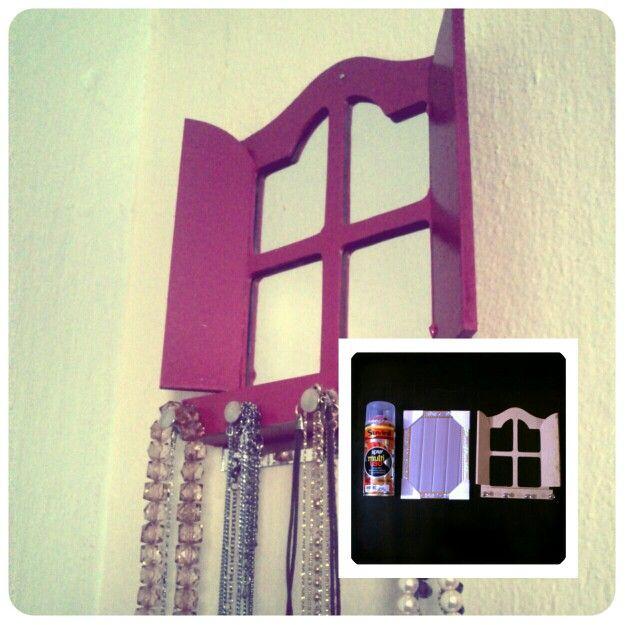 Com um pouco de boa vontade e criatividade um porta-chaves + espelho Xing ling + tinta spray vira um porta-bijuterias super fofo. #DIY