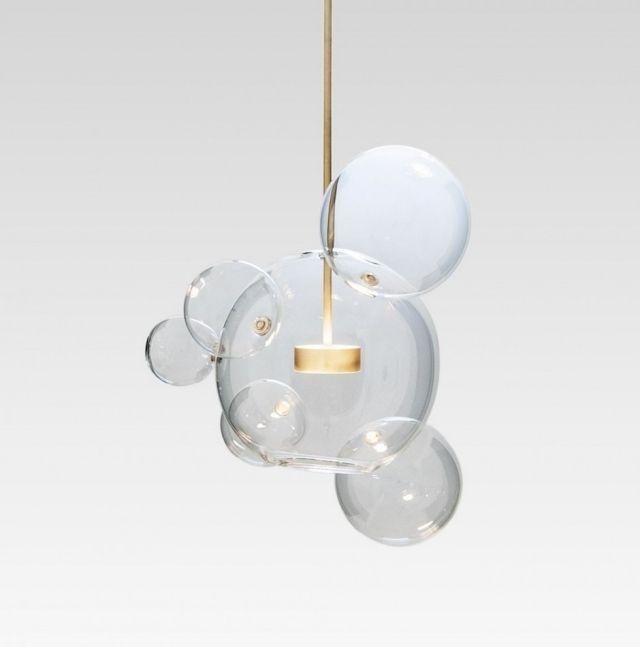 Eine Designer Leuchte aus Glas ähnelt ovalen Seifenblasen