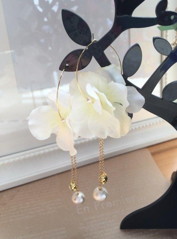 紫陽花のフラワーフープピアスです。花びらの間にパールを挟んでいるので、ボリュームがあります。チェーンの先にコットンパールとビジューを付けてあるので、動くたびに...|ハンドメイド、手作り、手仕事品の通販・販売・購入ならCreema。