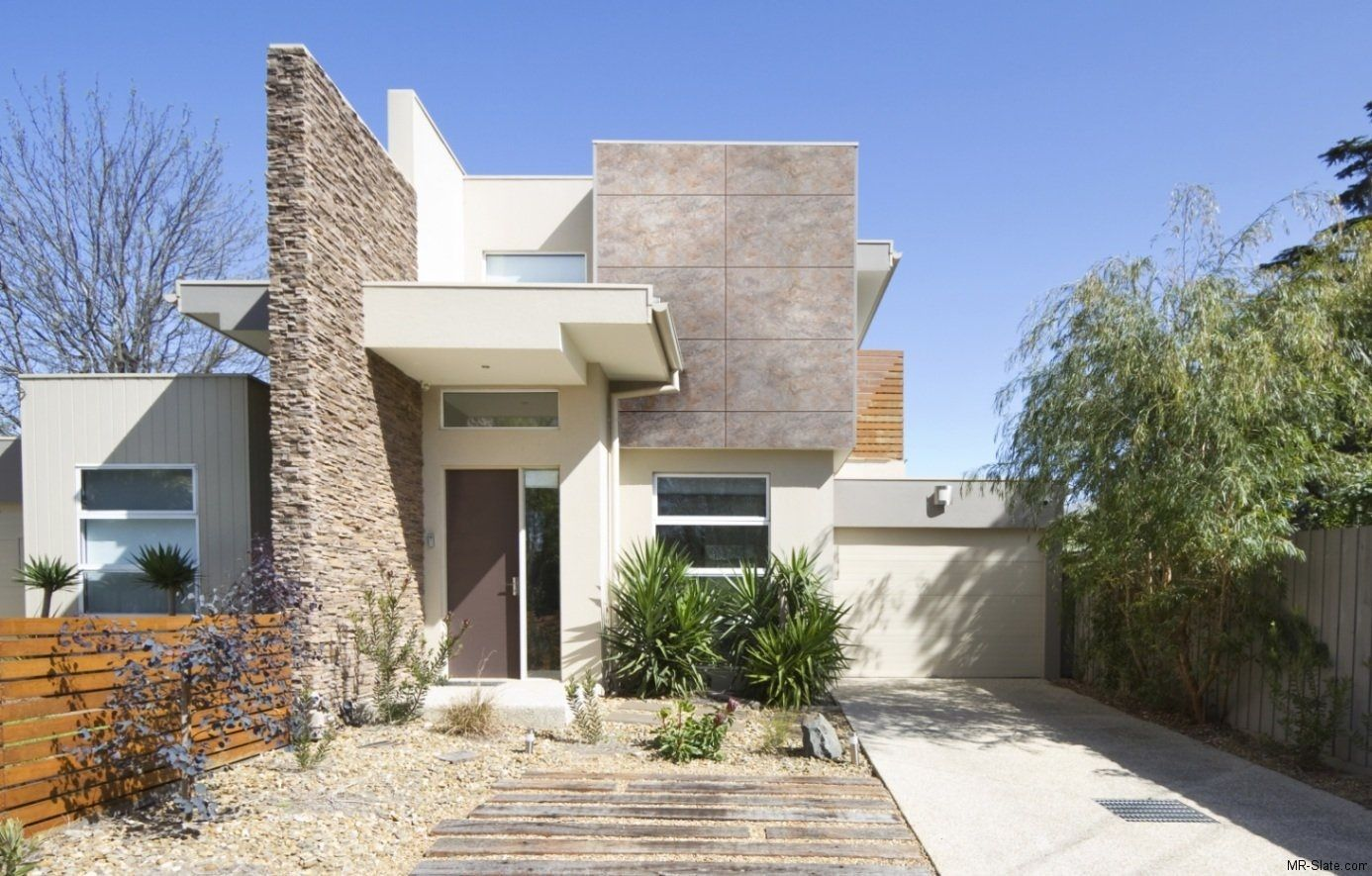 Fachada de casa moderna con pared de piedra Arquitectura