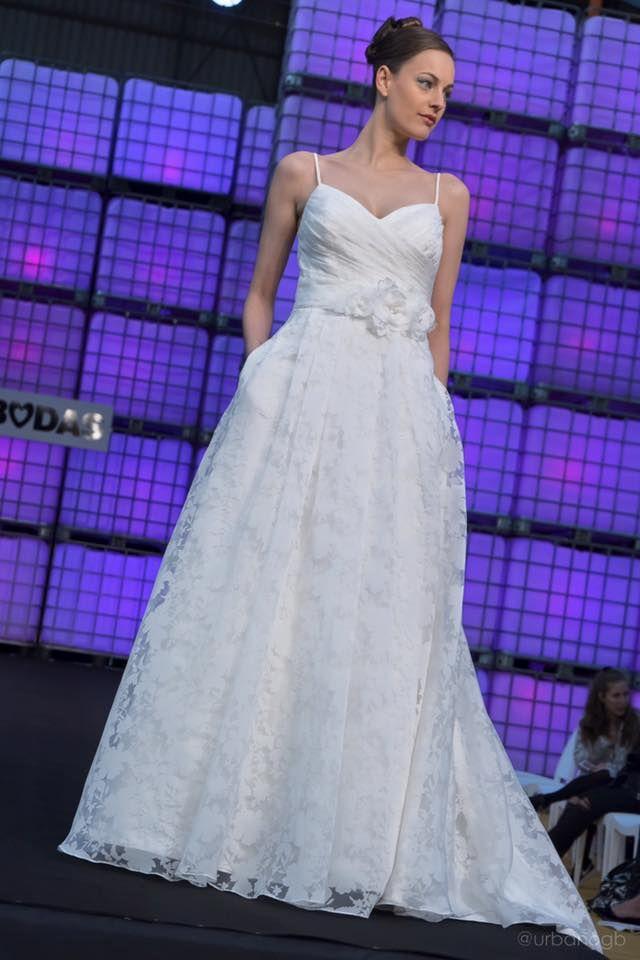 vestido de novia en seda natural brocada. www.noivas.es | desfile de