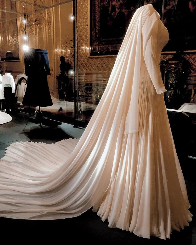 Pin By Emma Alexandre On Princesses Beatrice And Eugenie Princess Eugenie Royal Wedding Gowns Royal Wedding Dress [ 1024 x 819 Pixel ]