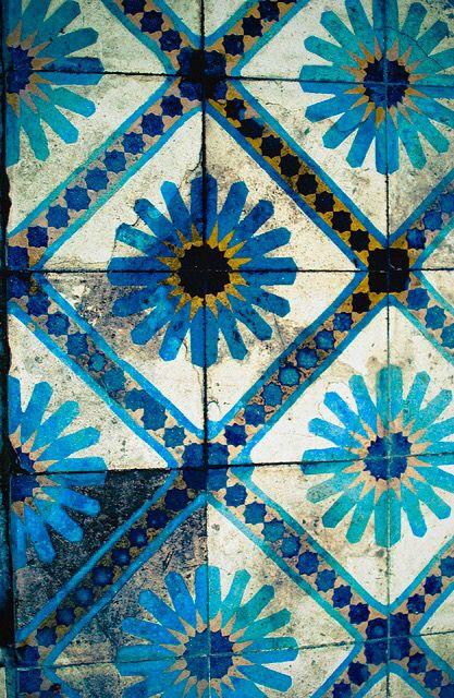Magnifique Carrelage A Decor Floral Et Aux Couleurs Lumineuses Carreaux Ceramique Carreau Carreaux Ciment