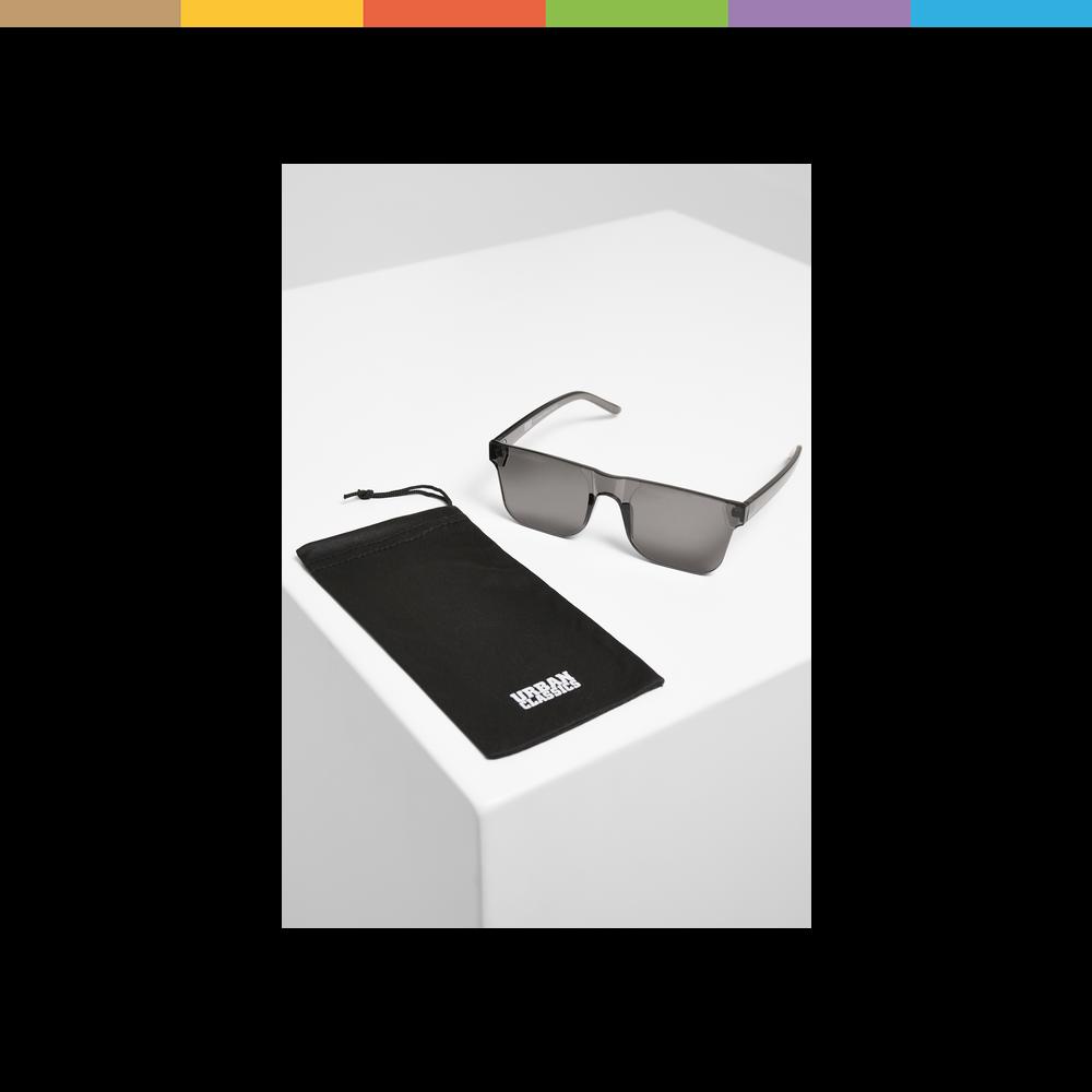Straighter wird es nicht mehr. Dieses Modell punktet mit einer durchgängigen Farbigkeit von Gläsern und Bügeln. Die getönten, rahmenlosen Gläser haben eine rechteckige Form und werden von einem breiten Steg und mittelbreiten Bügeln eingefasst. Zum Schutz der Augen besitzen sie UV400, sowie die Filterkategorie 3.