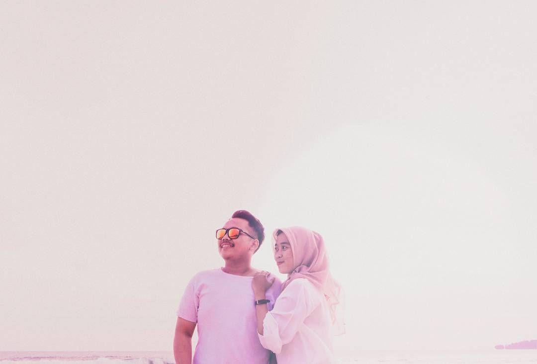 sore tenggelam ditarik malam saatnya  menjatuhkan pelukan dalam-dalam. kau tahu dekat denganmu adalah perihal yang selalu ingin aku usahakan. aku telah menelusuri jalan pulangku pelan-pelan singgah sebentar dan mencari kembali jalan itu melelahkan. dan sekarang kau adalah alasanku untuk diam. tak kemana-mana karena bersamamu aku merasa bermakna. #engagement #ido #weddingphotographer #weddinggown #engaged #theknot #weddinginspiration #engagementring #bridesmaid #weddinginspo #bridesmaids…