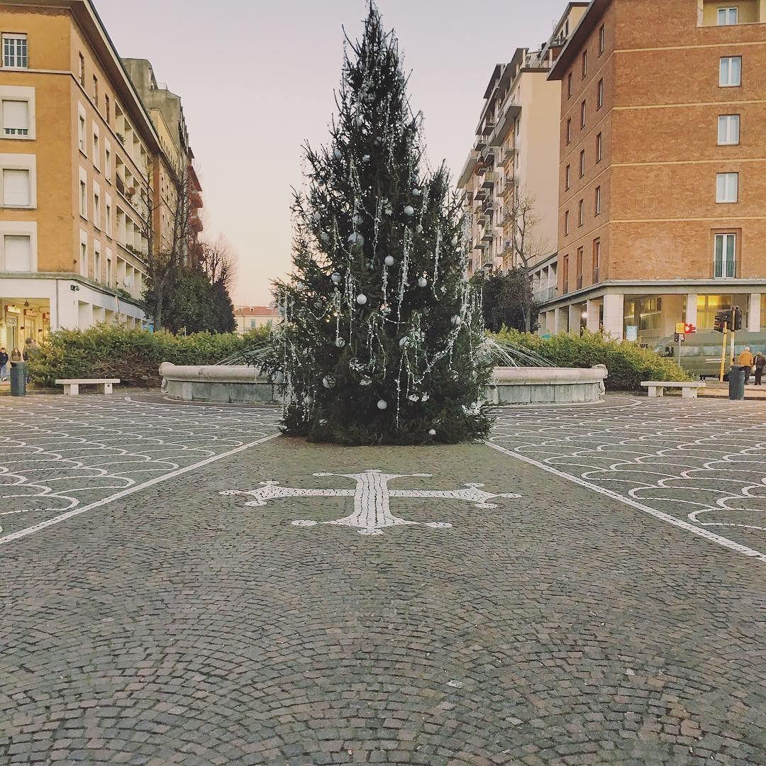 """""""Se ci diamo una mano i miracoli si faranno e il giorno di Natale durerà tutto l'anno."""" G.R. ____________________________________  Auguri di buon Natale a tutti amici!"""