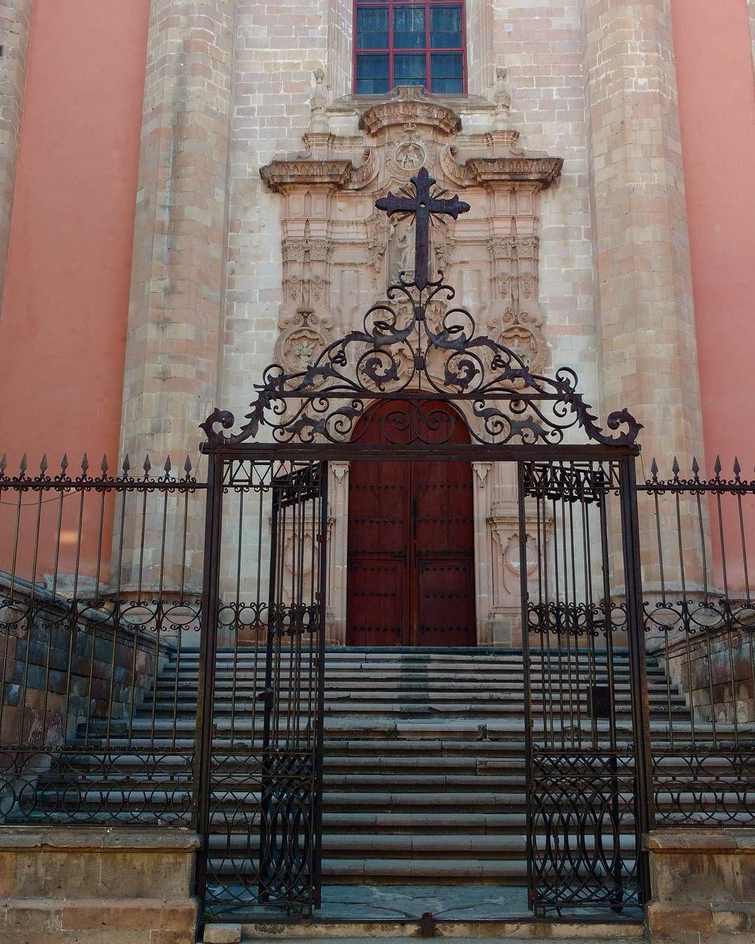 Acceso lateral a la Parroquia de Nuestra Señora de la Asunción. #lagosdemoreno #jalisco #mexico #pueblomagico #templosmx #vive_mexico #viewmex #jaliscoesmexico #visitmexico #detripmx #ig_captures #ig_mexico #ig_captures (en Lagos de Moreno Pueblo Mágico)