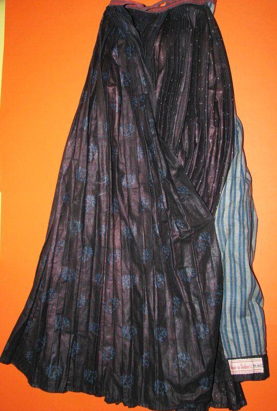 Sukně sváteční, bavlna, oboustranný modrotisk, Liptál, přelom 19. a 20. století - Sbírka Muzea regionu Valašsko, muzeum ve Vsetíně